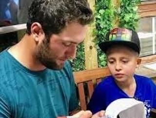 Jon firmando una gorra a un guerrero de Aladina